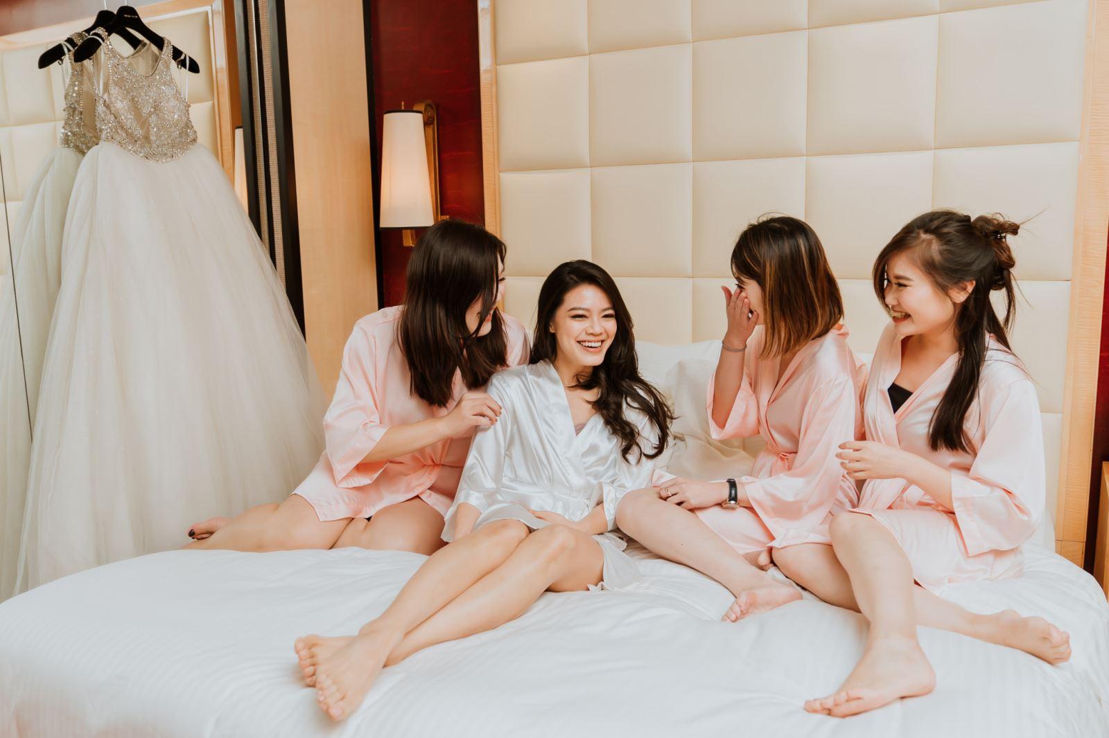 迎娶前,新娘與好姊妹閨蜜穿浴泡拍照