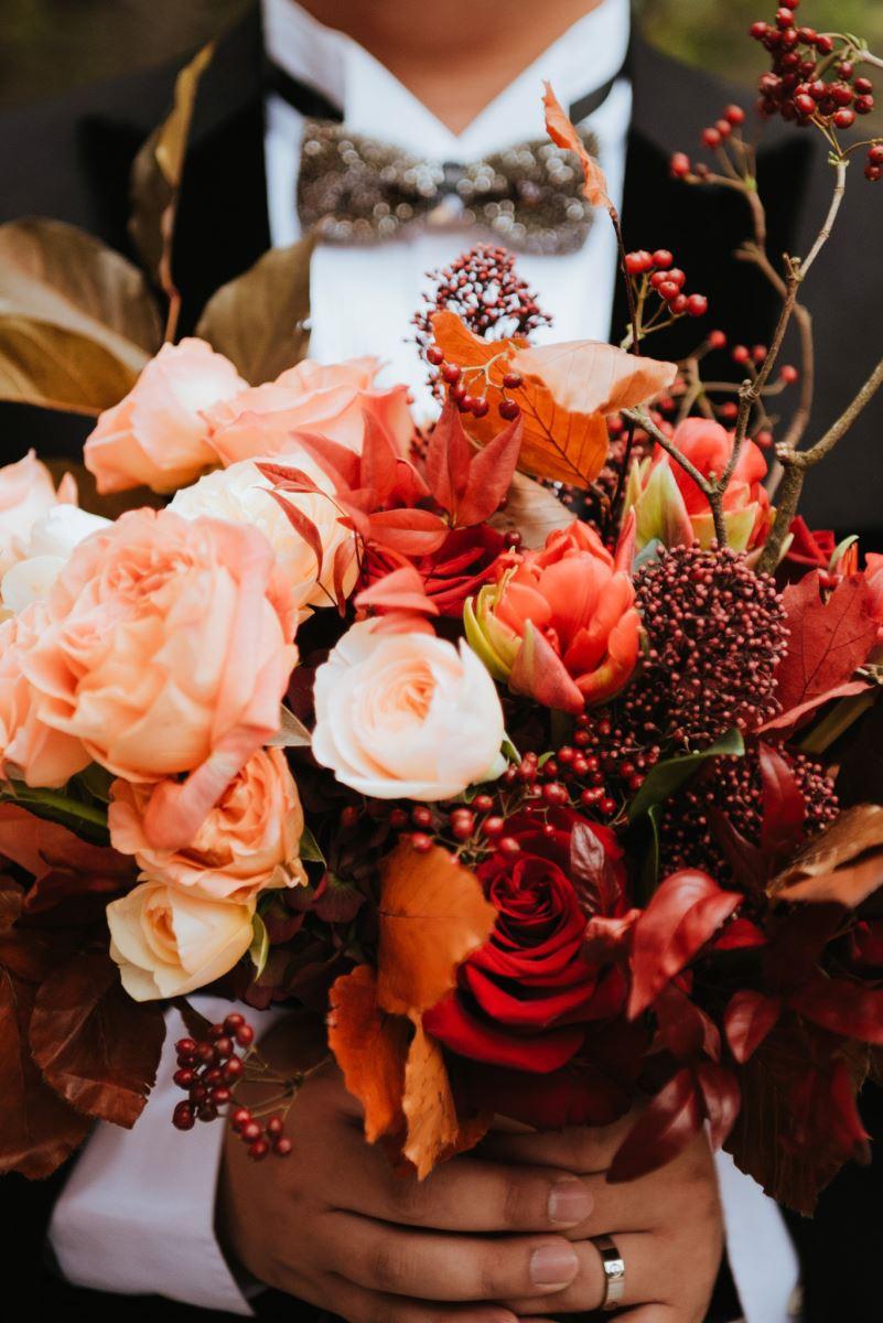 新郎手拿新娘捧花,好帥