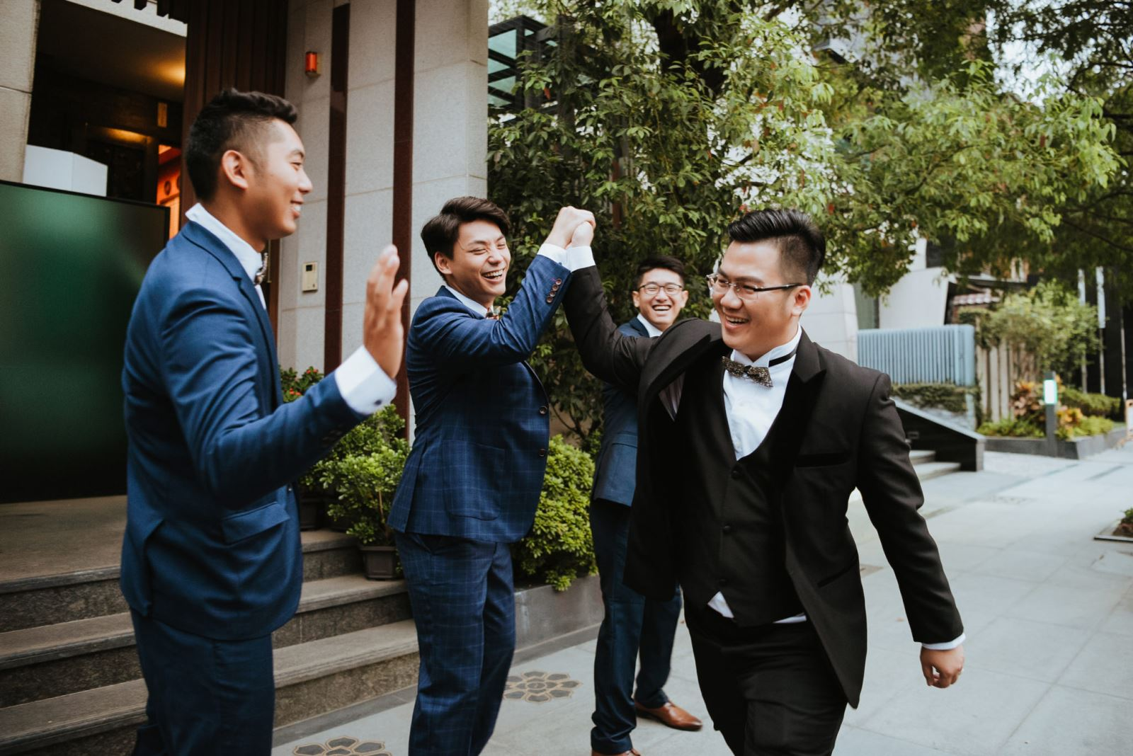 新郎與伴郎團在迎娶出發前的加油打氣