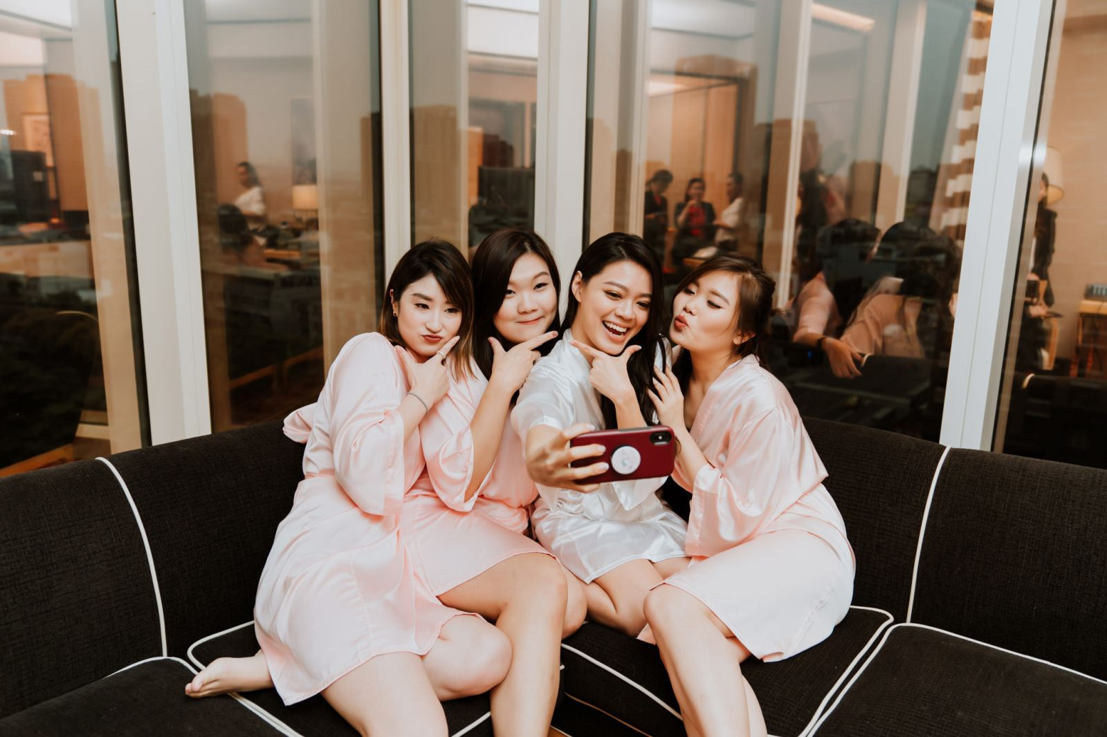 在台中林酒店,新娘與伴娘們,穿浴袍自拍