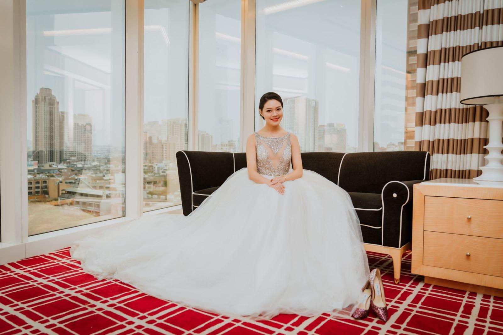 婚禮主持人純涵陪伴新娘等候新郎來娶回家