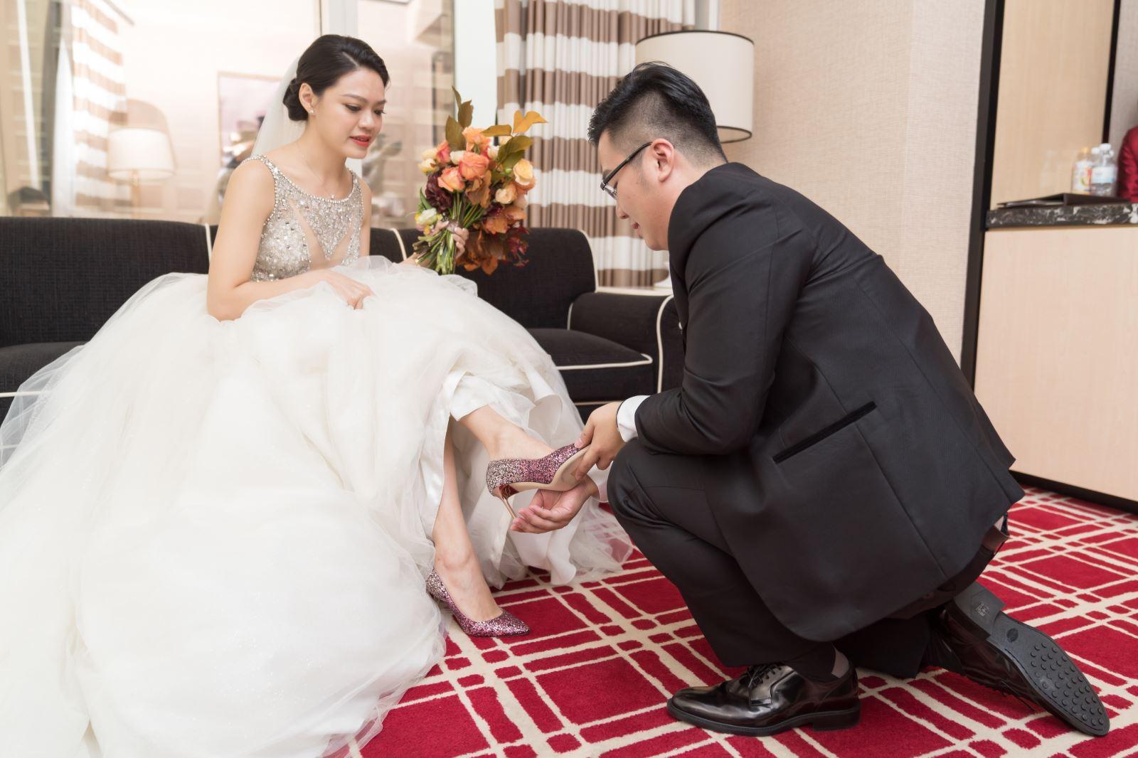 TWO in ONE婚禮顧問陪伴新人,單腳下跪,新郎為新娘穿婚鞋