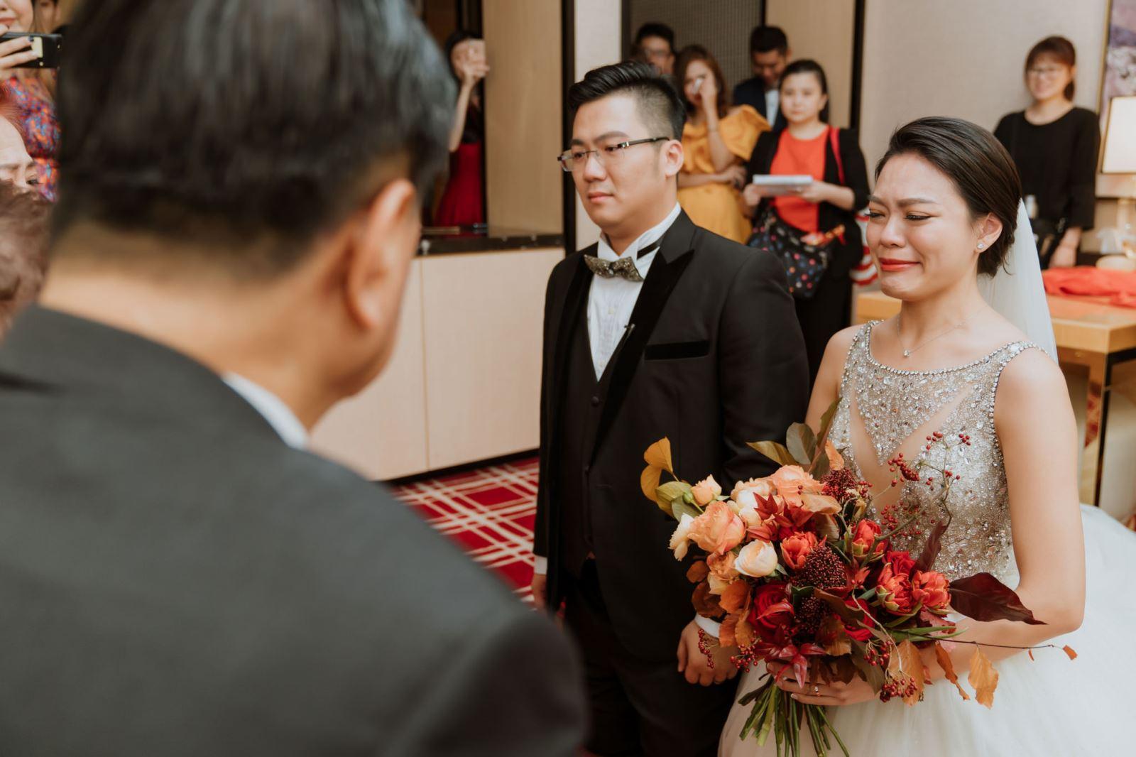 婚禮主持人在主持迎娶,新人下跪於女方家長前,進行拜別