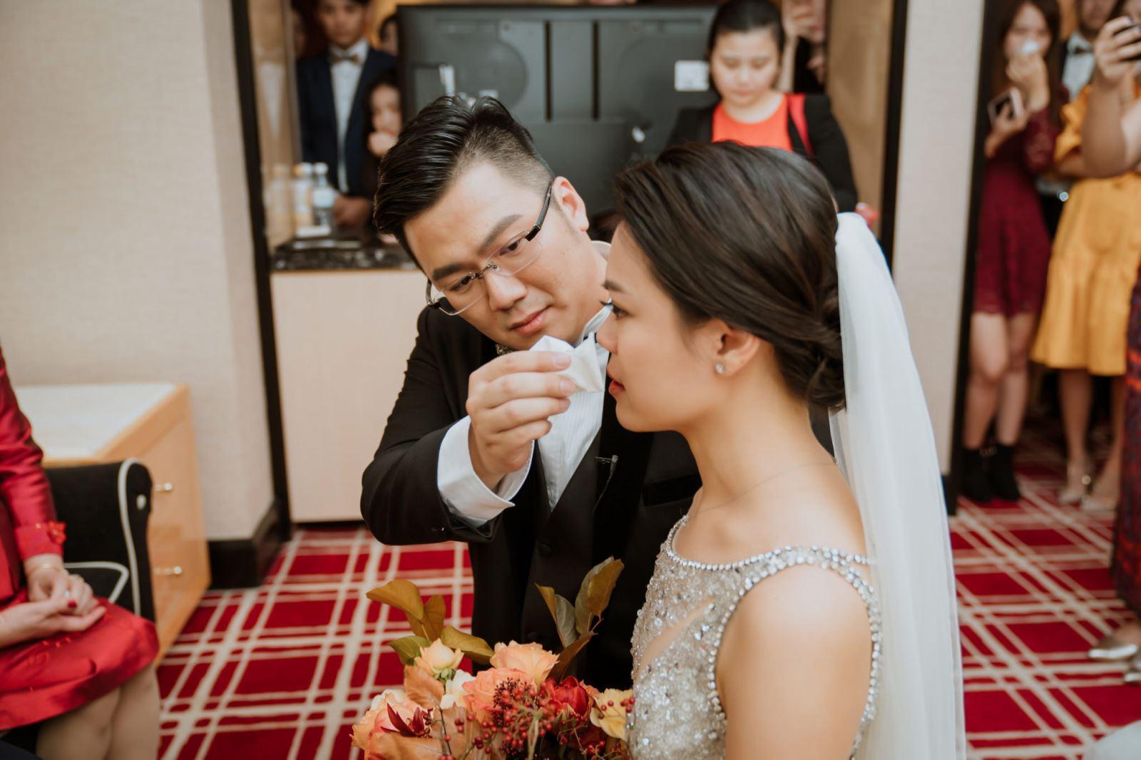 台中婚禮主持人服務迎娶時,新郎為新娘擦眼淚在台中林酒店