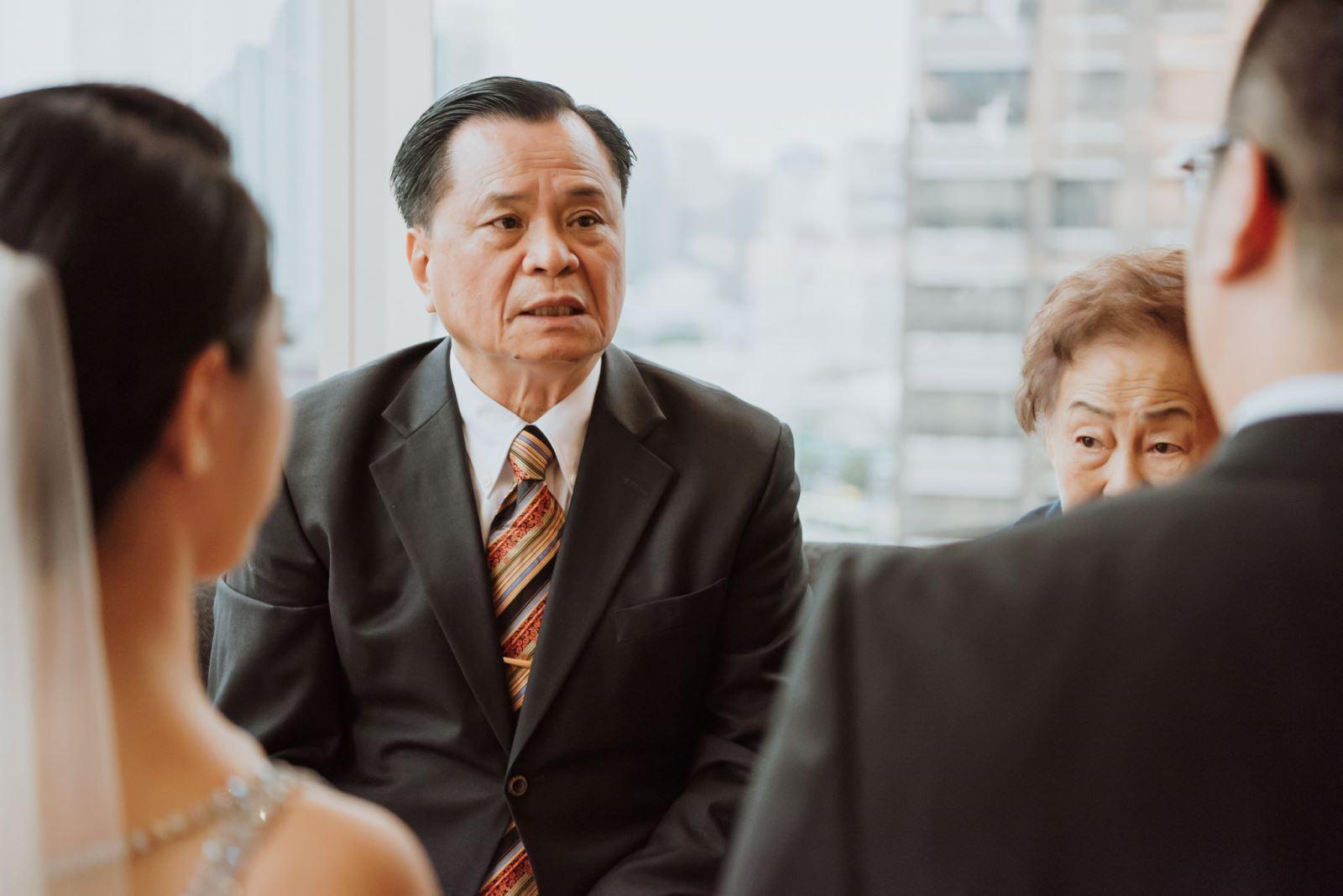 婚禮主持人主持引導,父親對於即將出嫁的女兒不捨與祝福叮嚀