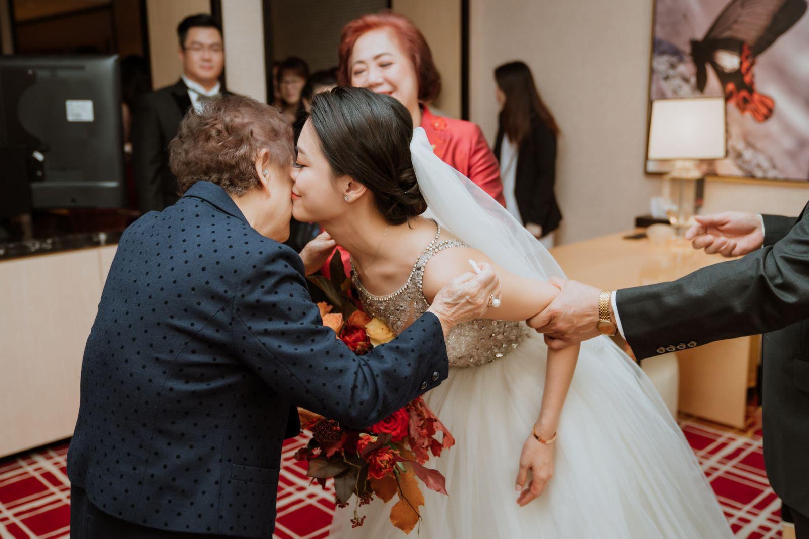 婚禮主持人純涵引導迎娶時,孫女給祖母的一個親吻