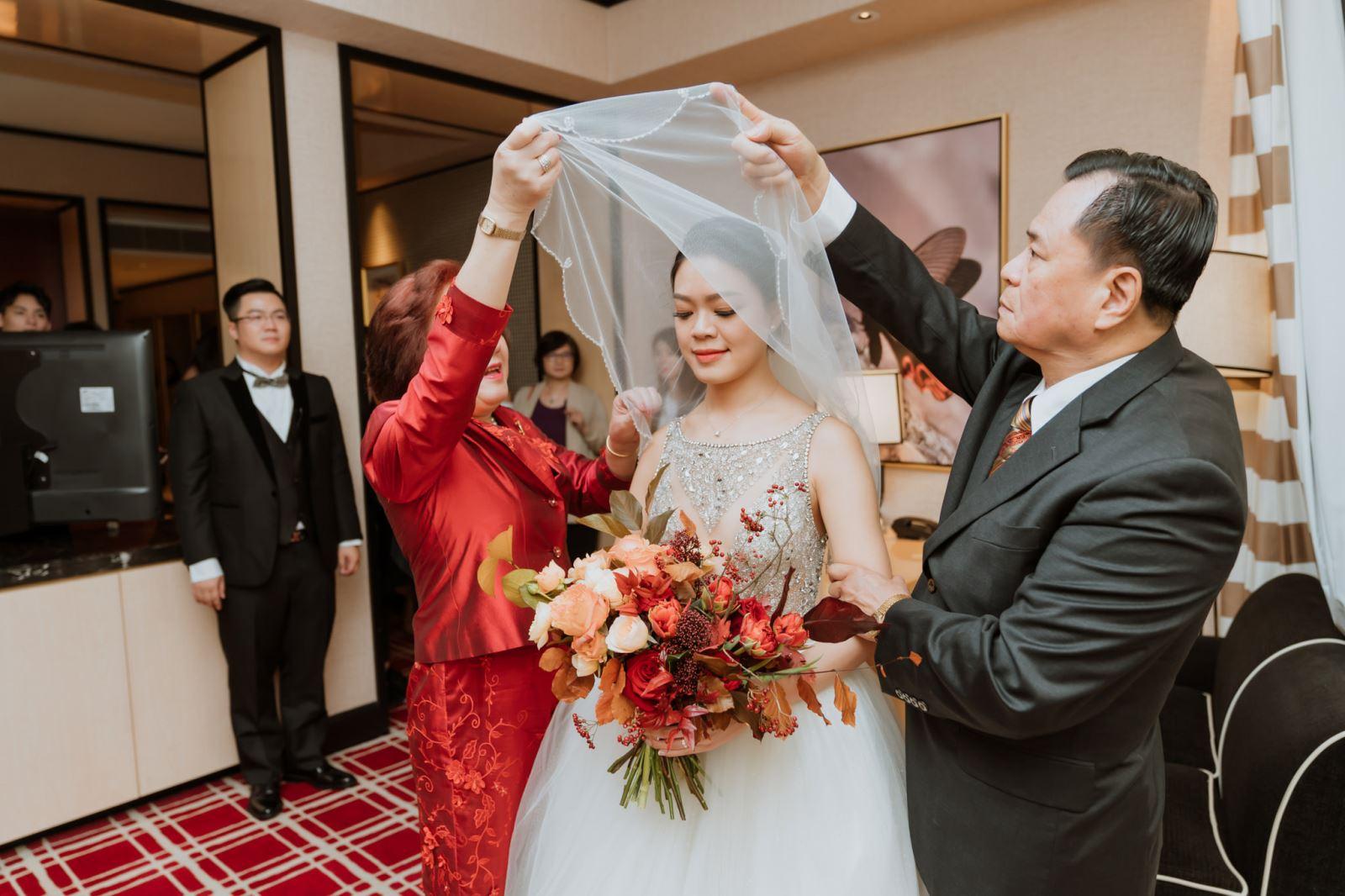 婚禮主持人純涵陪伴父母親為女兒蓋上頭紗