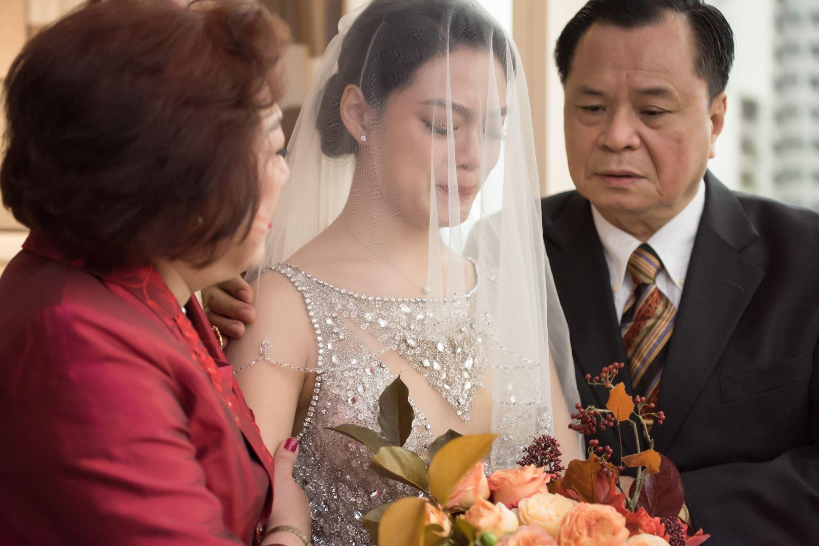 女方父母為女兒蓋上頭紗,成為新娘
