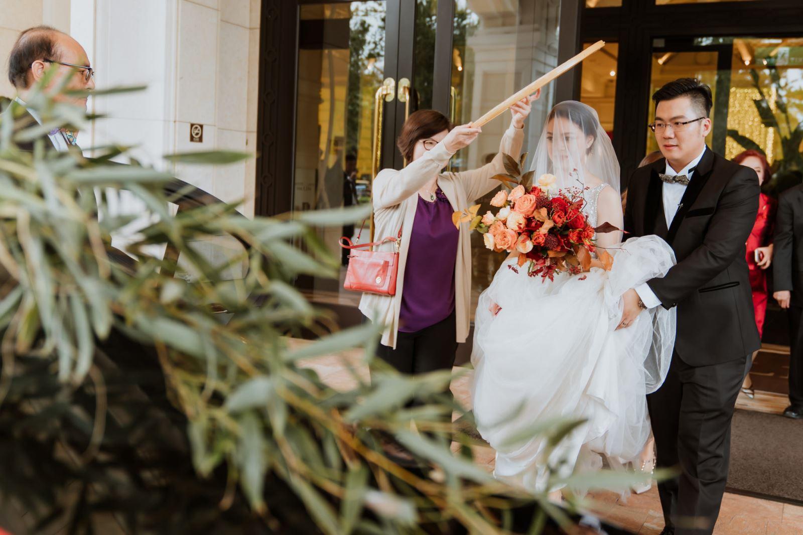 米篩遮於新娘頭上,新娘要出嫁了