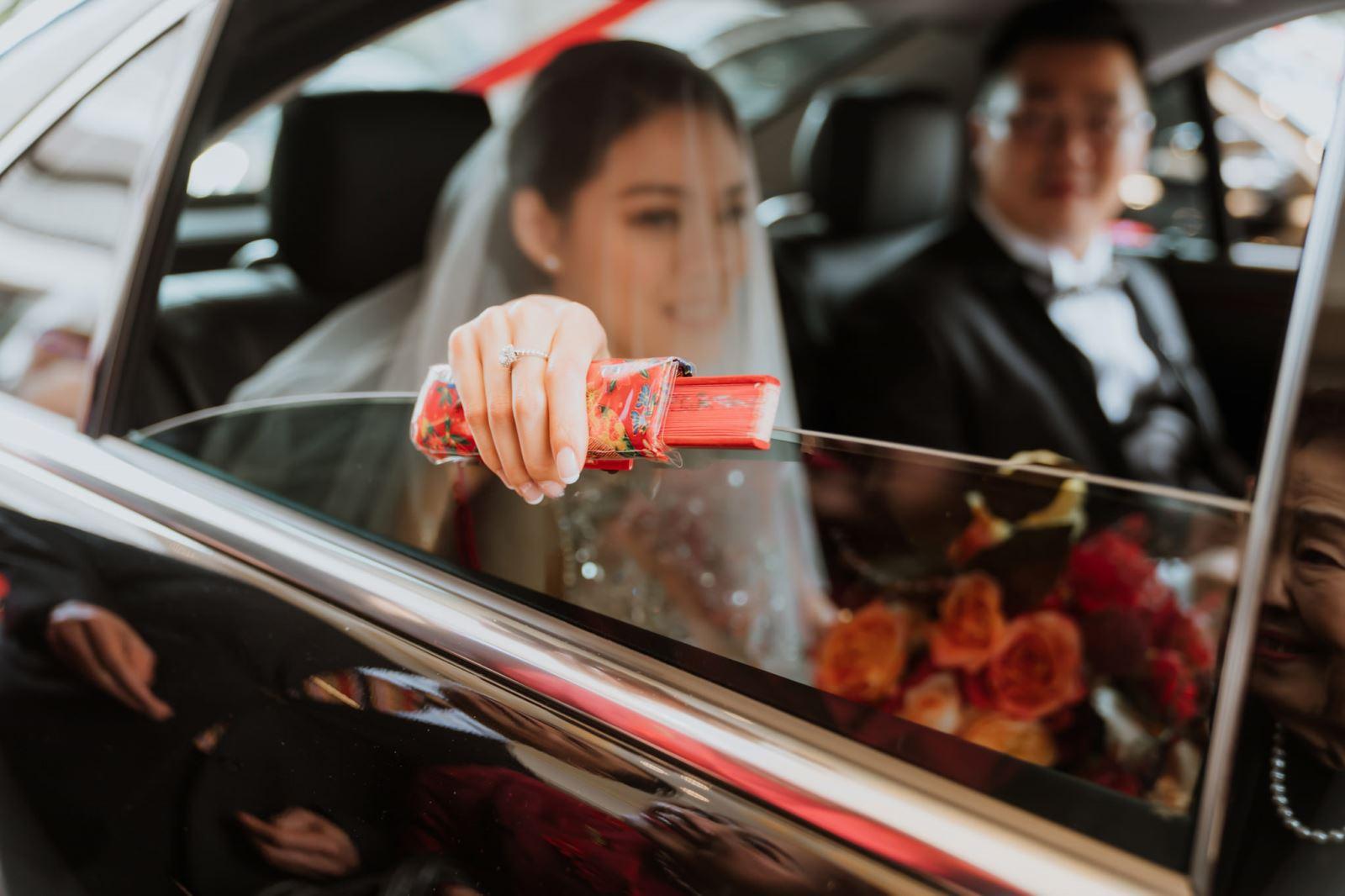 婚禮顧問為新娘準備扇子,新娘丟扇子,代表善良的緣分