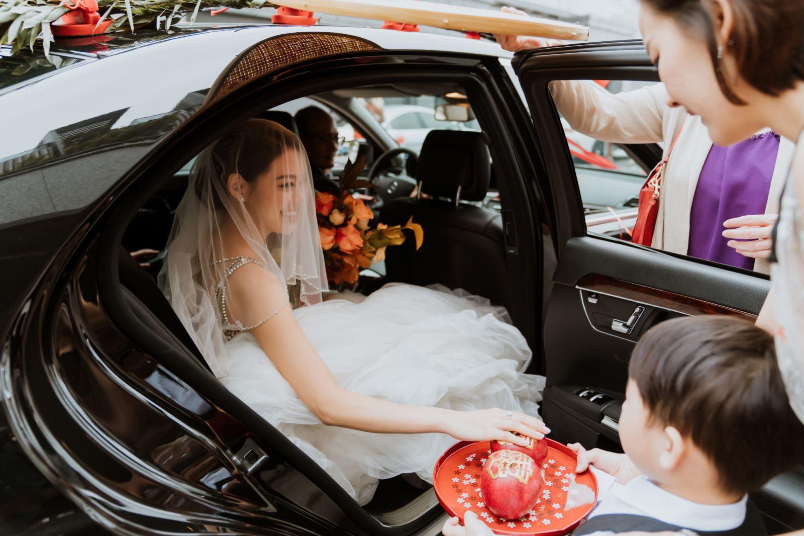 新娘下車摸蘋果