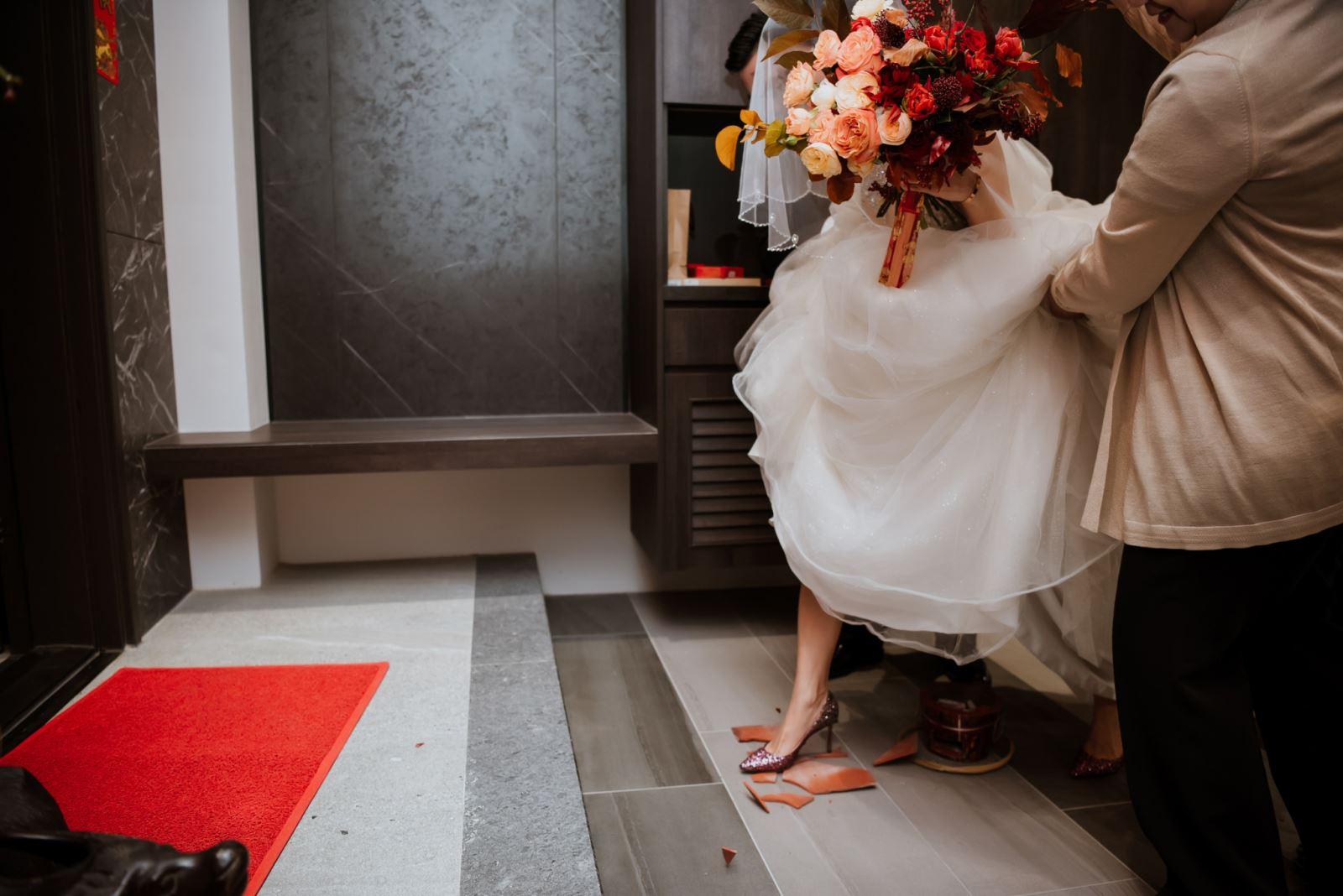婚禮主持人採買準備,新娘過火爐與踩瓦片