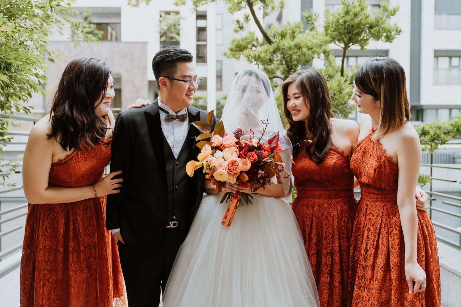 婚禮主持人安排時間讓新娘嫁到男方家,與伴娘團合照