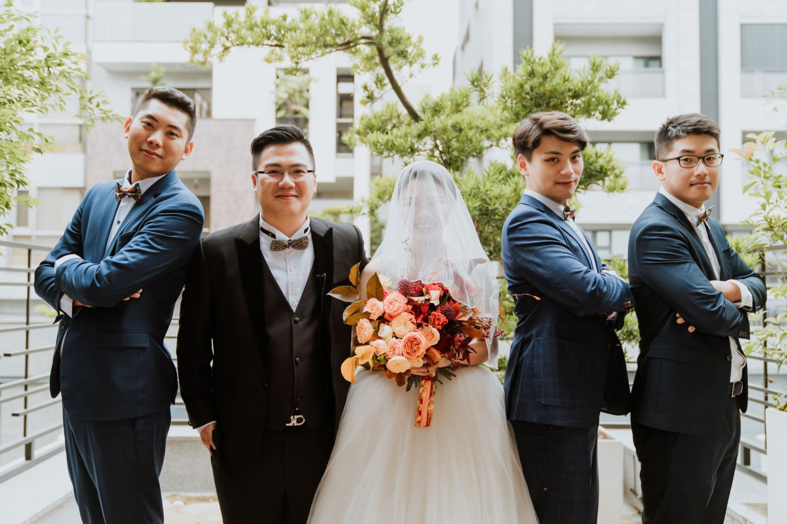 婚禮主持人安排時間讓新娘嫁到男方家,與伴郎團合照