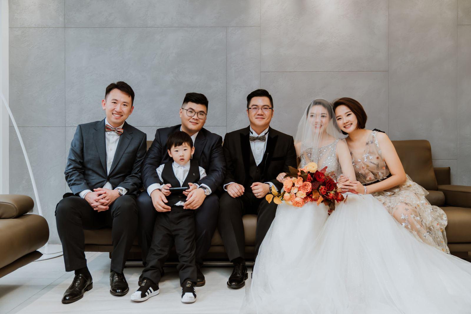 TWO in ONE婚禮顧問安排時間,讓新娘與男方家人合影