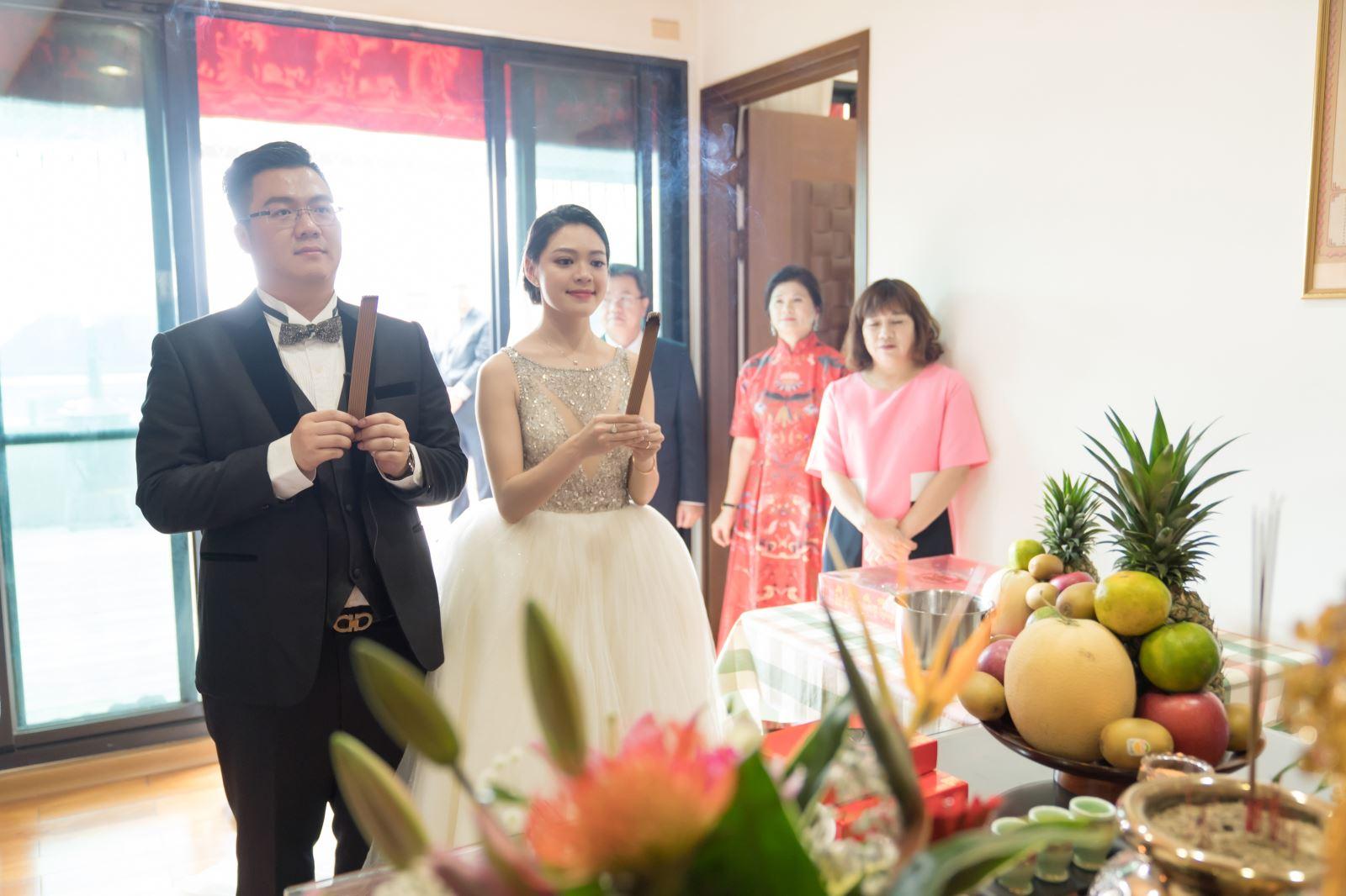 新郎與新娘分別手持排香祭祖,家中新成員的加入
