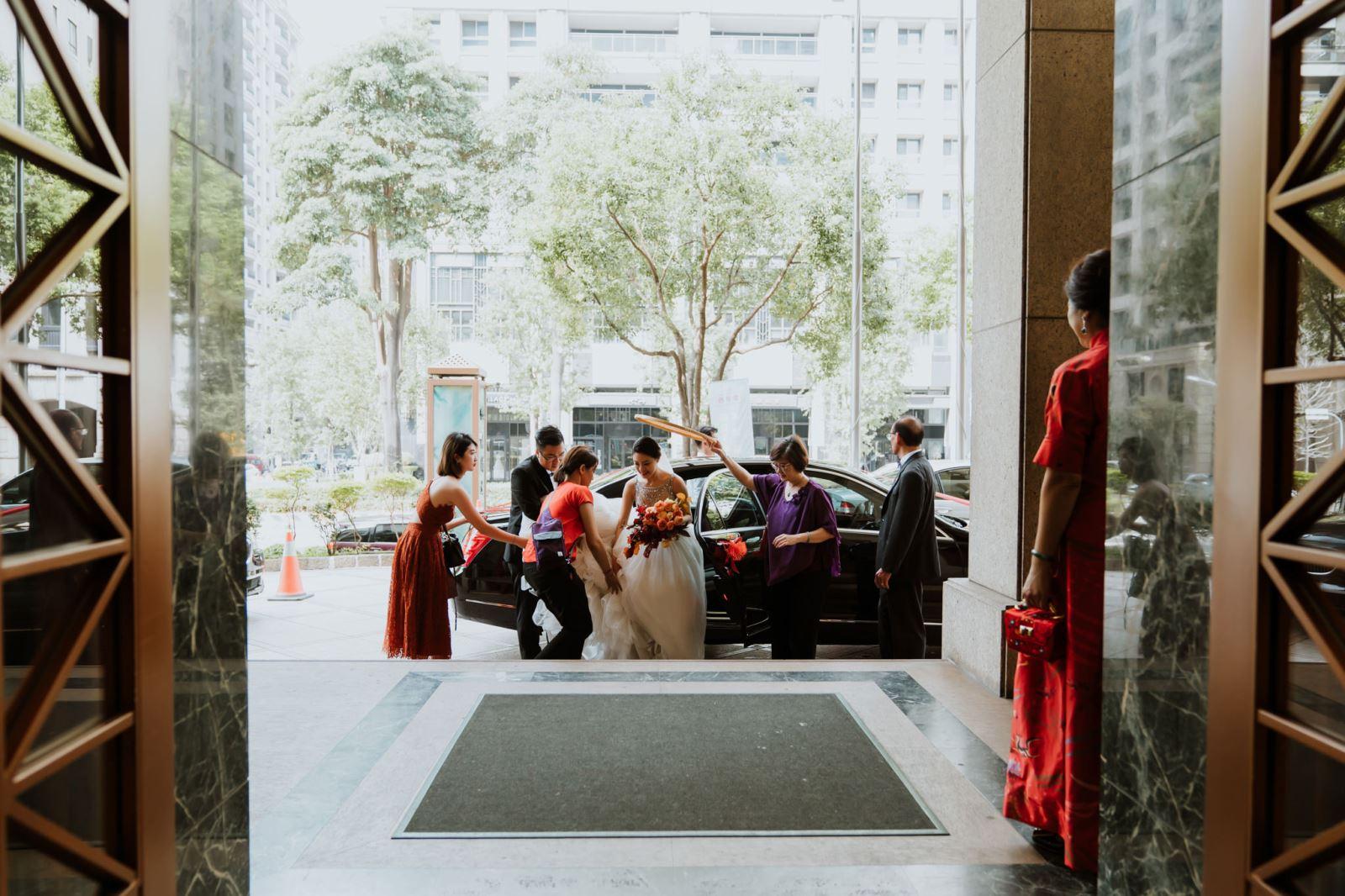 TWO in ONE婚禮顧問團隊服務新娘下車,米篩天遮天,天最大