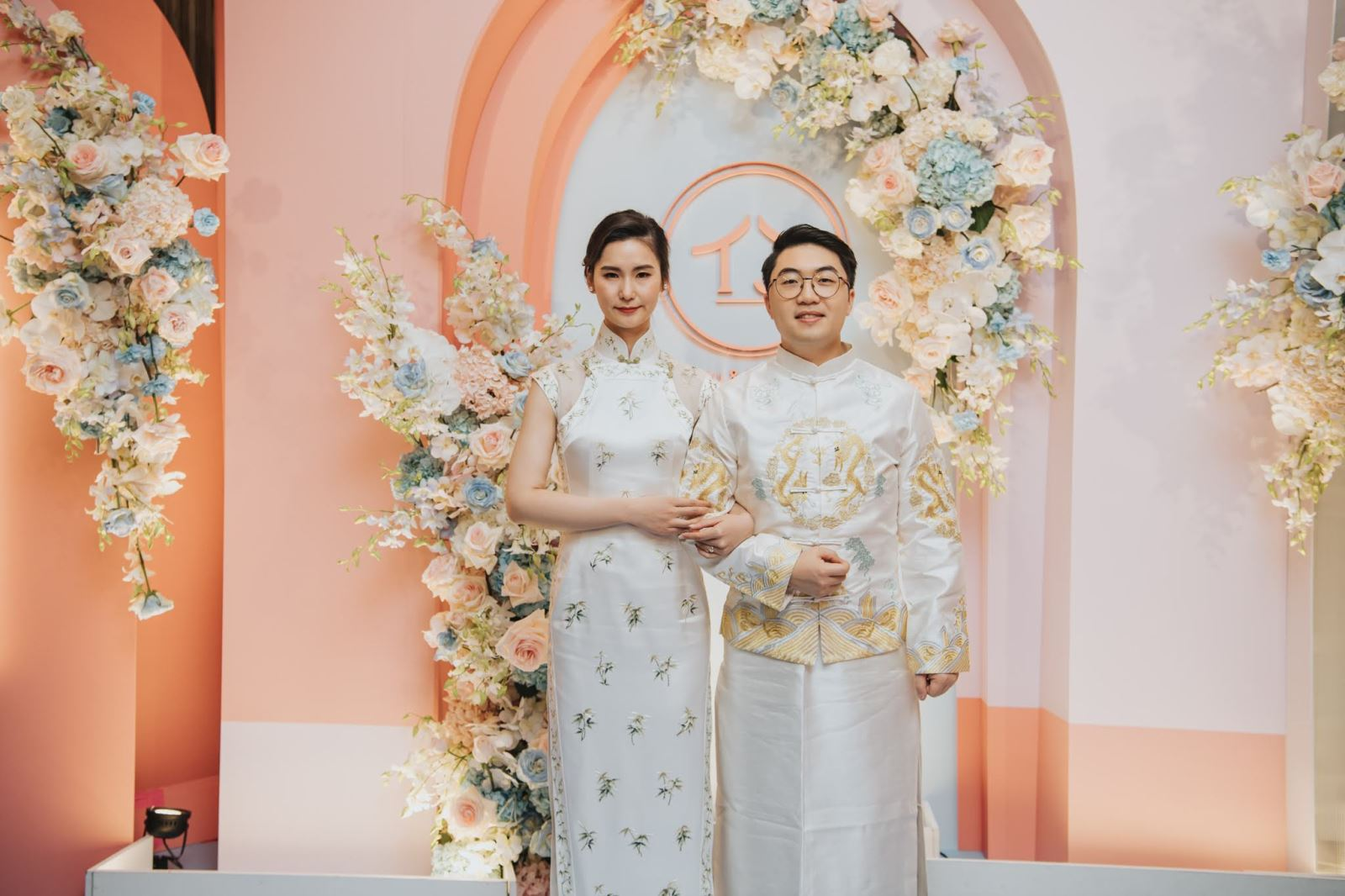 新郎與新娘穿白色旗袍