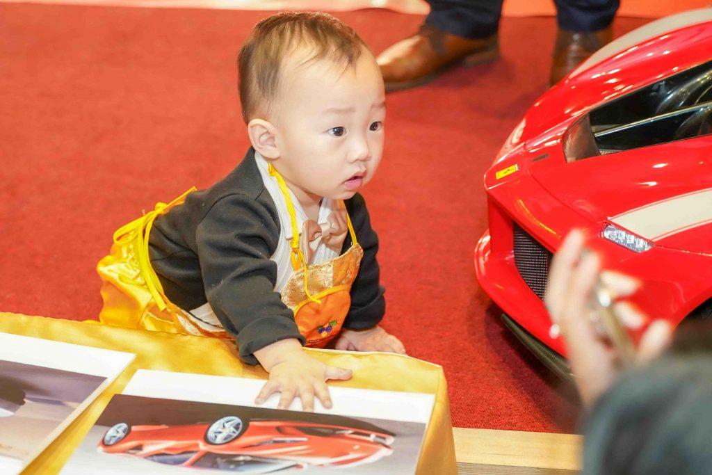 寶寶抓週預測活動,抓到了紅色法拉利跑車