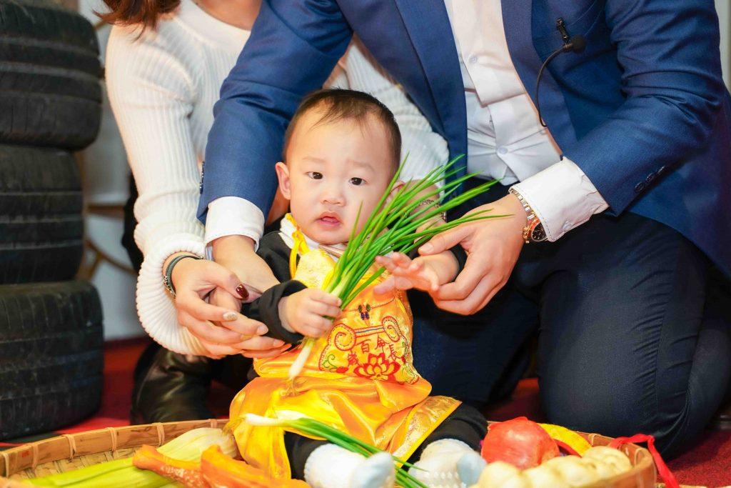 抓週儀式,抓蔥,寶寶以後聰明伶俐