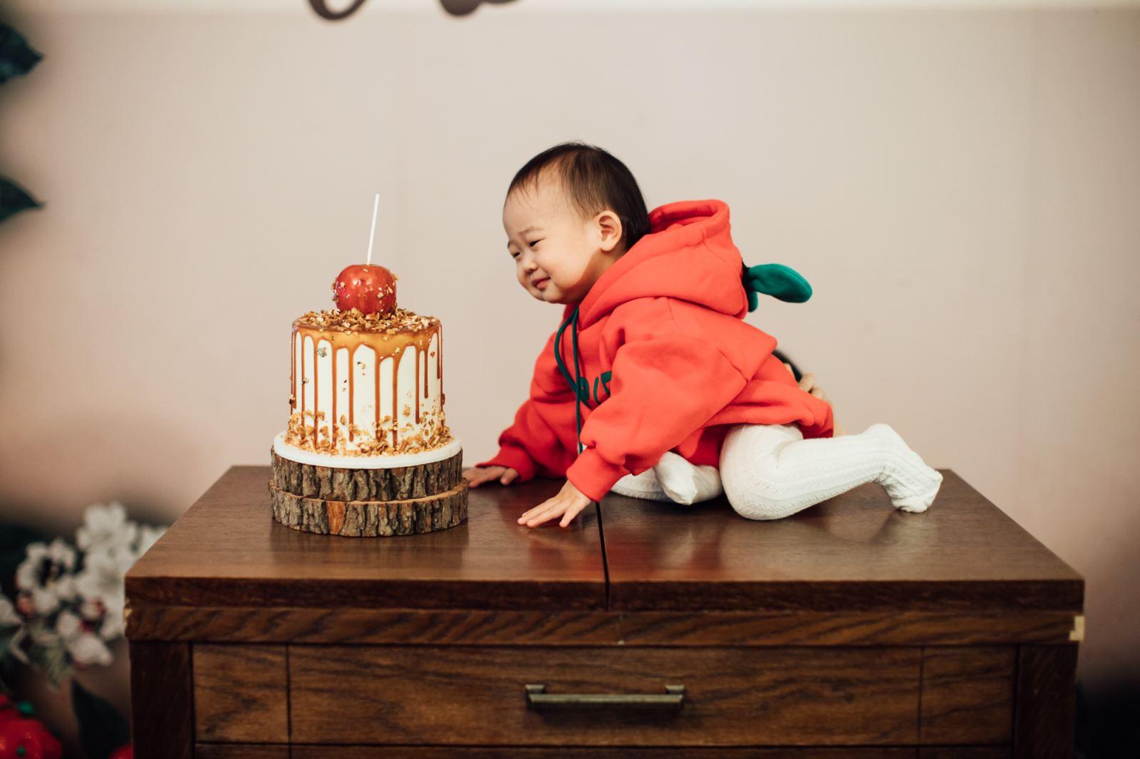 寶寶偷吃蘋果蛋糕