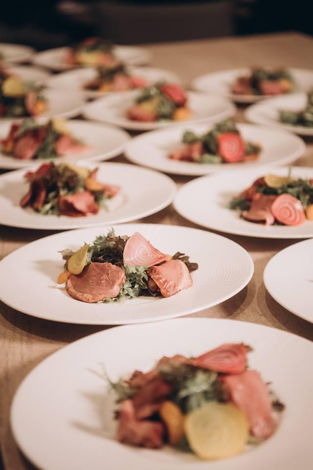 婚禮沒有圓桌用餐,只有牛排套餐,自由自在的用餐