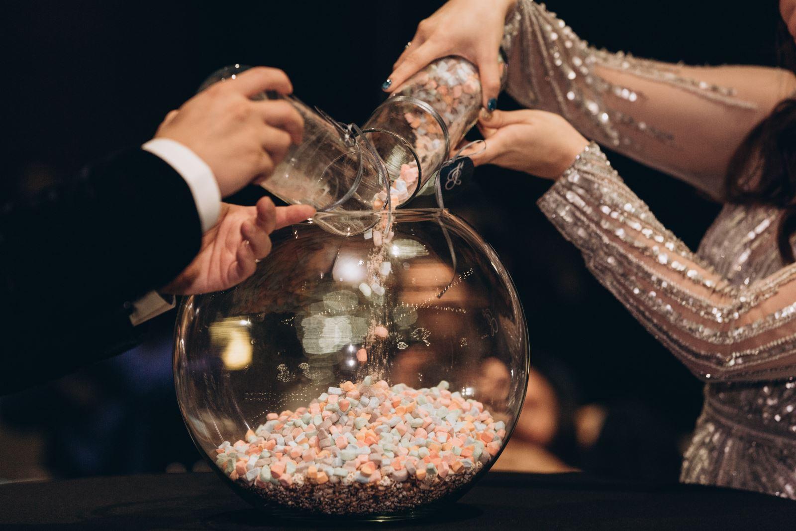 婚禮儀式,有香檳塔有結婚蛋糕,但這個你應該沒看過吧