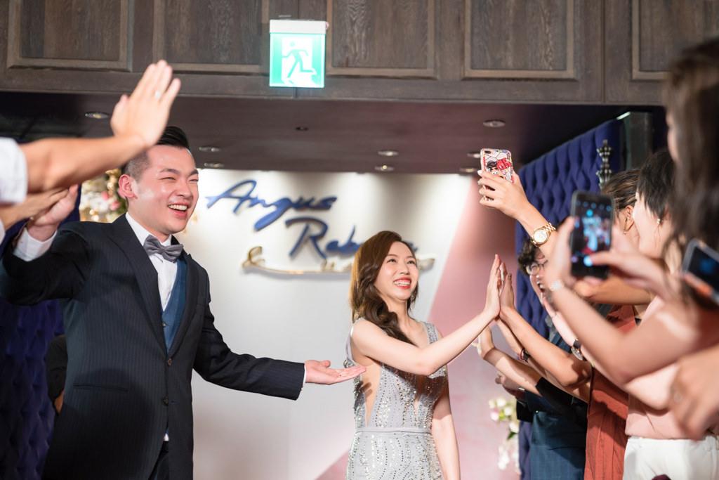 婚禮上,除了敲敲杯進場,還可以有擊掌give me five進場