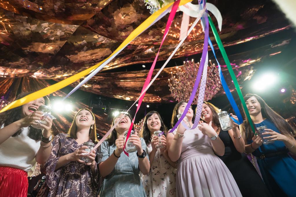 婚禮上透過梅森瓶來進行抽捧花_不同顏色的緞帶,特別的婚禮活動