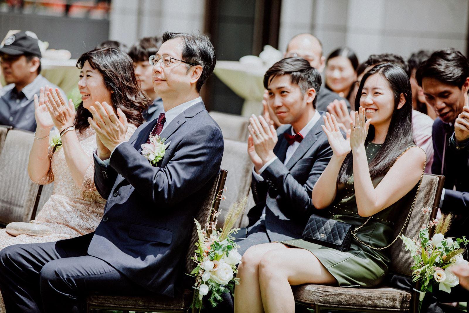 戶外婚禮,不可少的親友們掌聲祝福