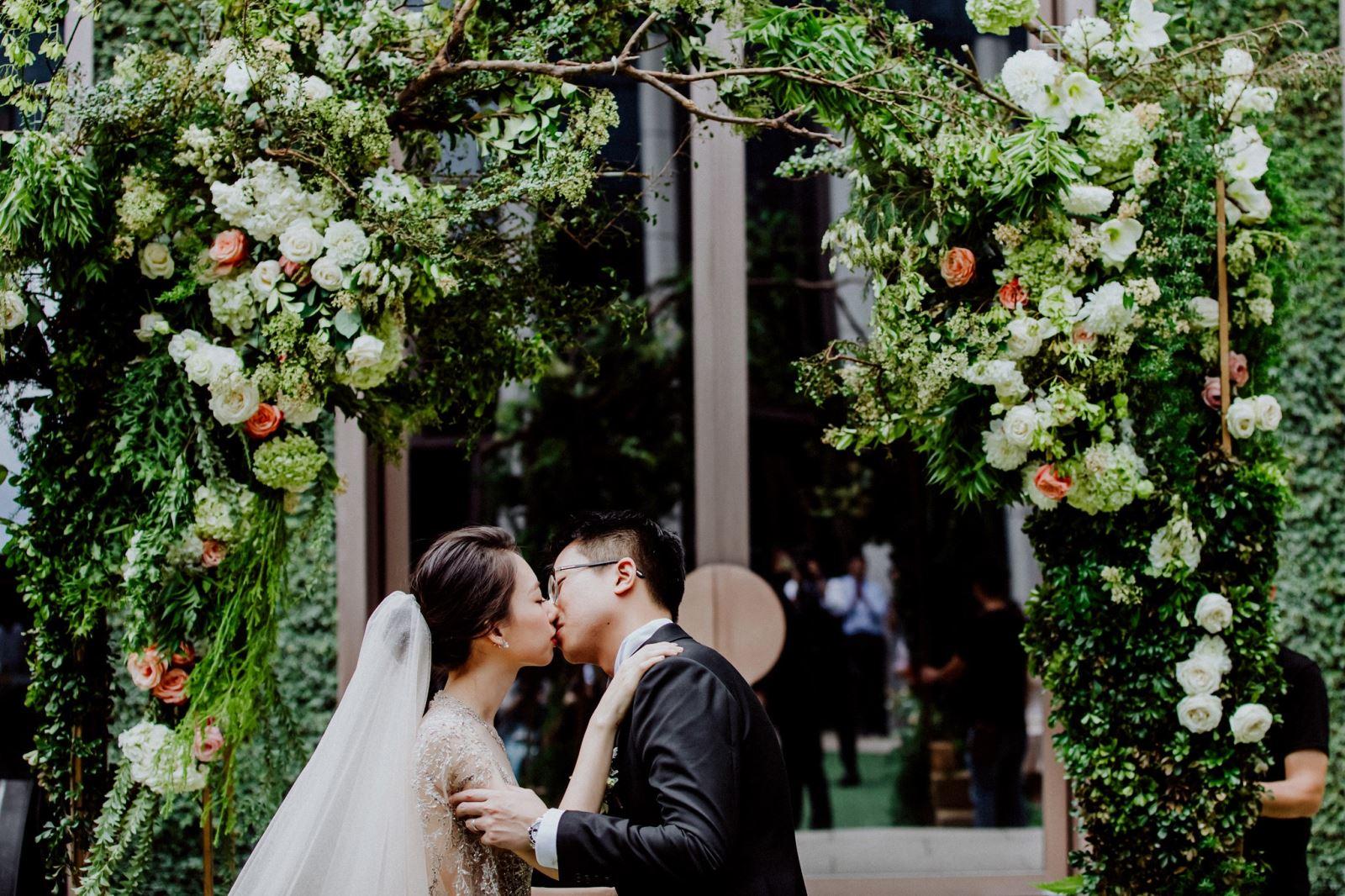 美式婚禮的新郎親吻新娘