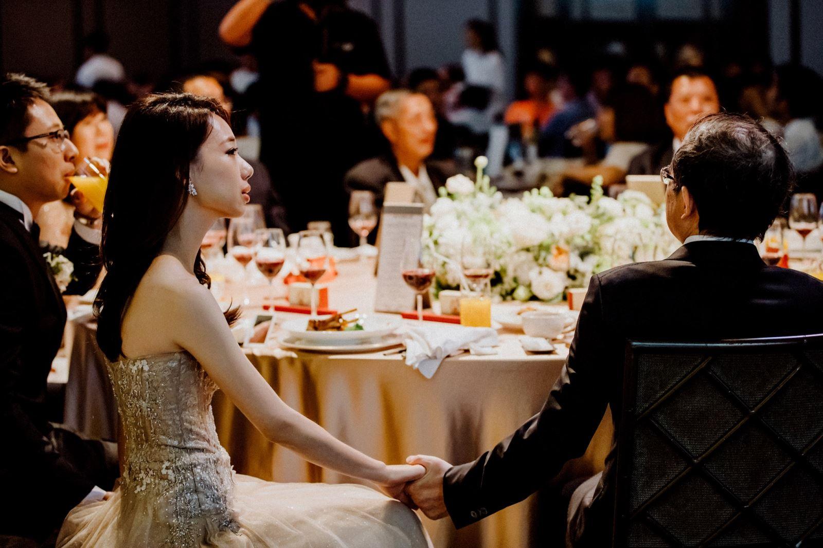 婚禮上,看成長影片時,牽著爸爸的手,鼻子酸酸的,眼眶紅紅的