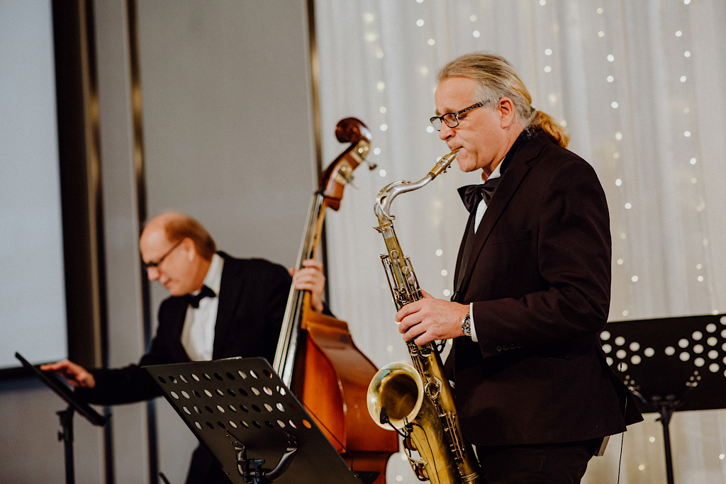 婚禮樂團,可以是有歌手,也可以是純樂器演奏的