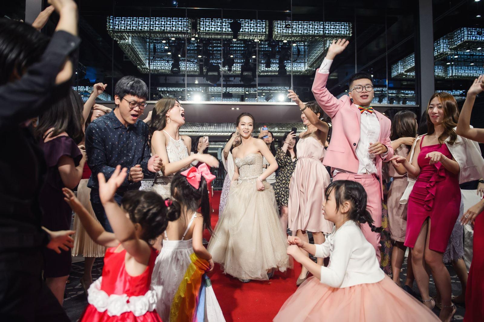 穿粉紅西裝參加婚禮