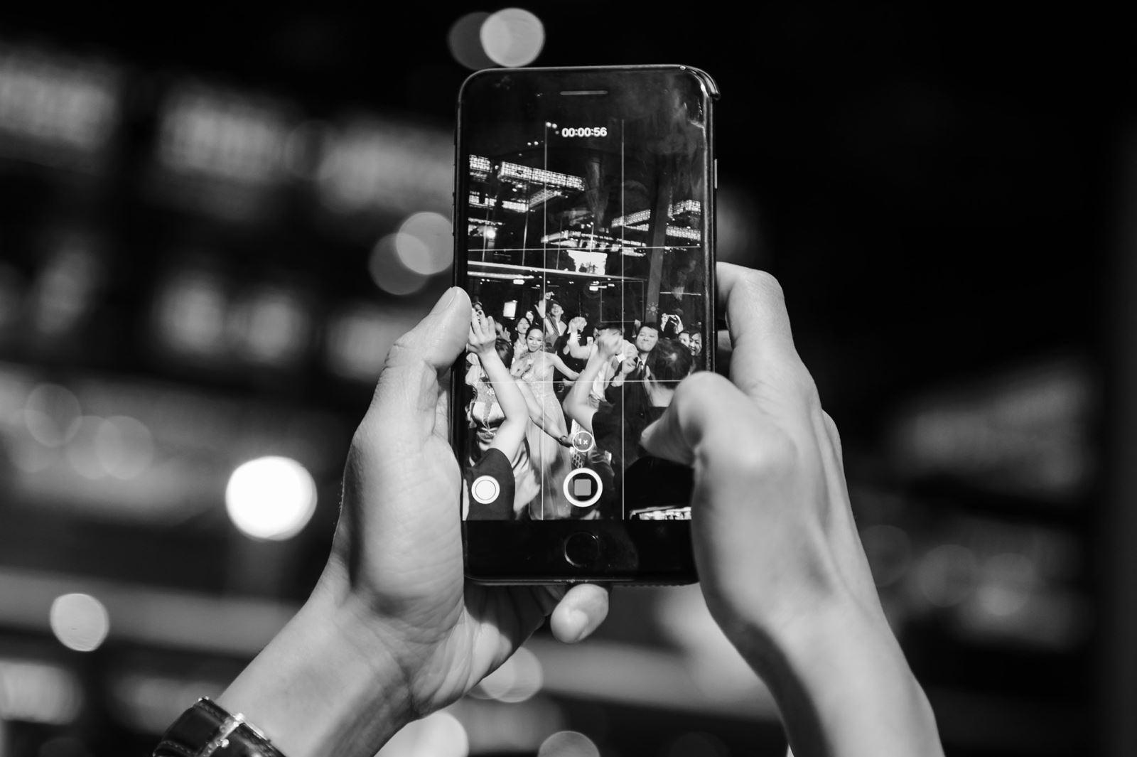 婚禮上,滑手機,手機拍照,手機自拍