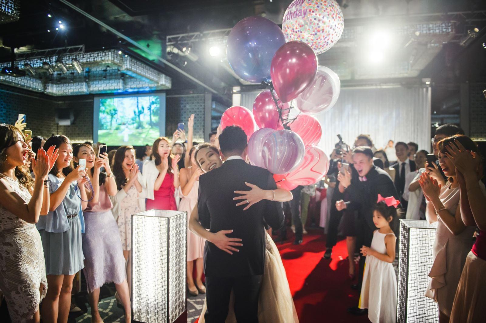 晶華酒店婚禮,新郎送上粉紅氣球作為新娘生日驚喜,全場齊聲唱生日快樂歌
