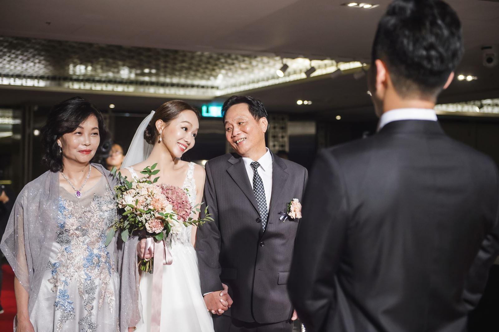 婚禮上,新娘與爸爸與媽媽一起進場,需要注意什麼呢?
