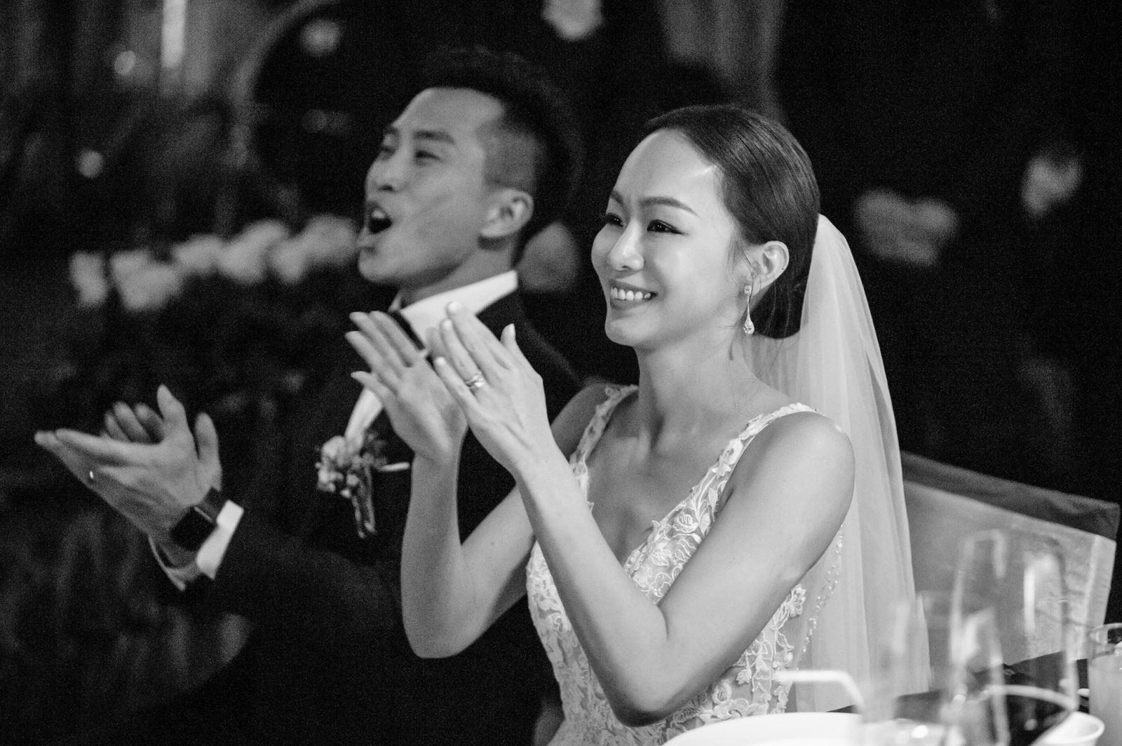 接受好友祝福的婚禮,新郎與新娘正在仔細聆聽著