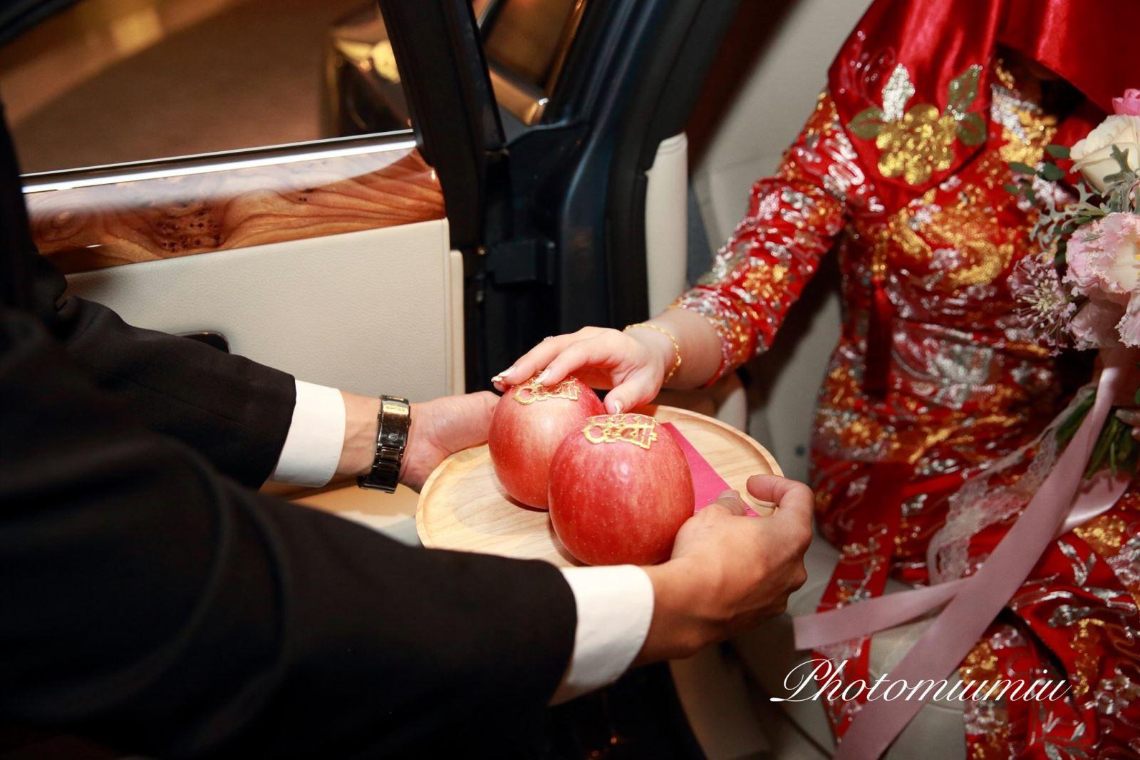 新娘下車摸蘋果給紅包