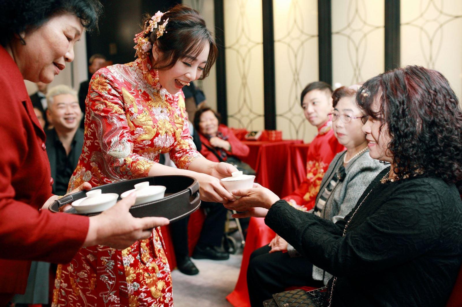 文定儀式好命婆牽新娘奉茶