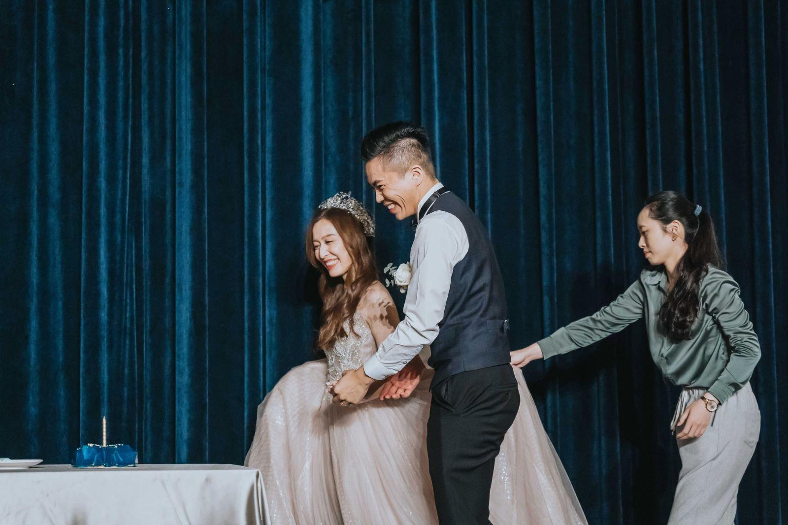 婚禮顧問團隊的新娘管家為新娘拉裙襬