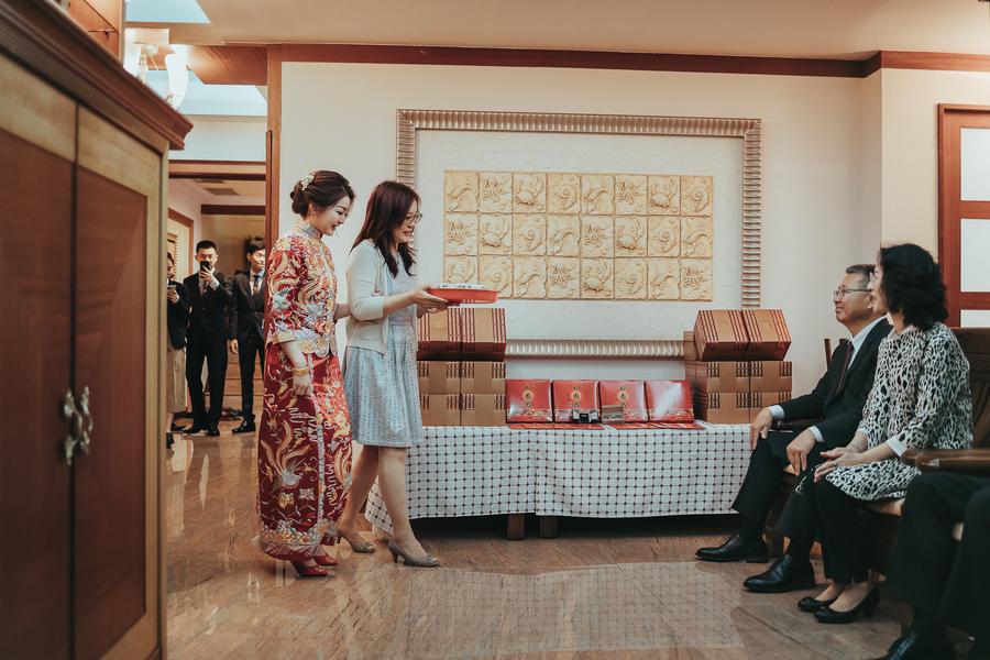 美美新娘入廳堂,文定奉茶
