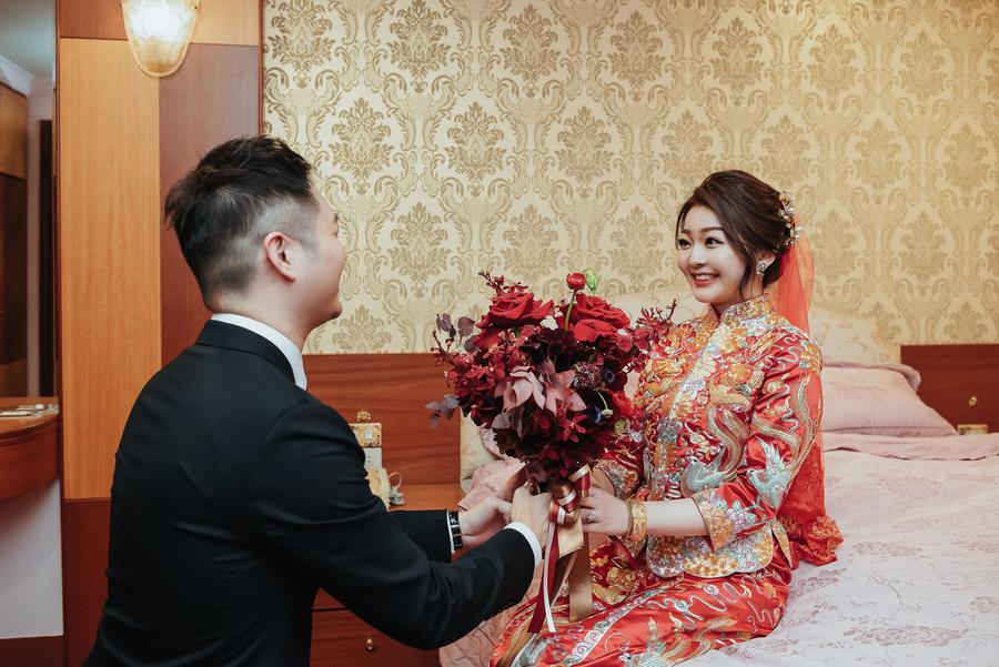 新郎單腳下跪獻捧花,準備要把新娘娶回家