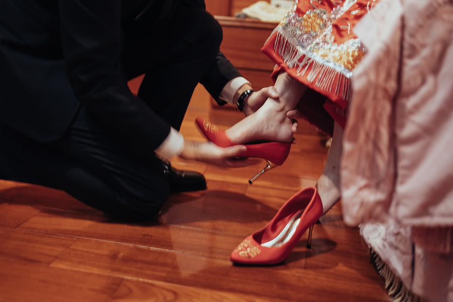 新郎為新娘穿婚鞋,象徵兩個人一起攜手走長遠的路
