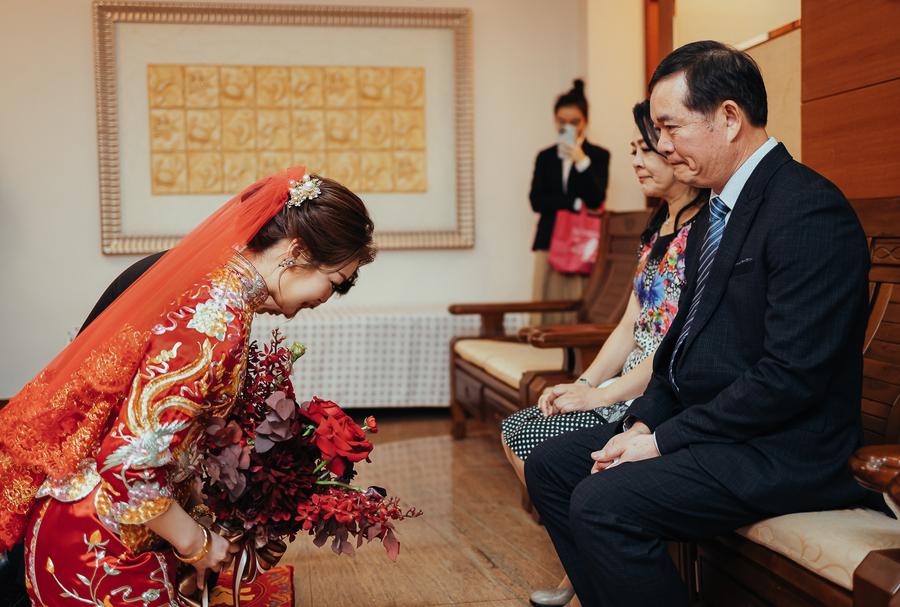 新郎與新娘向新娘父母深深一鞠躬感謝