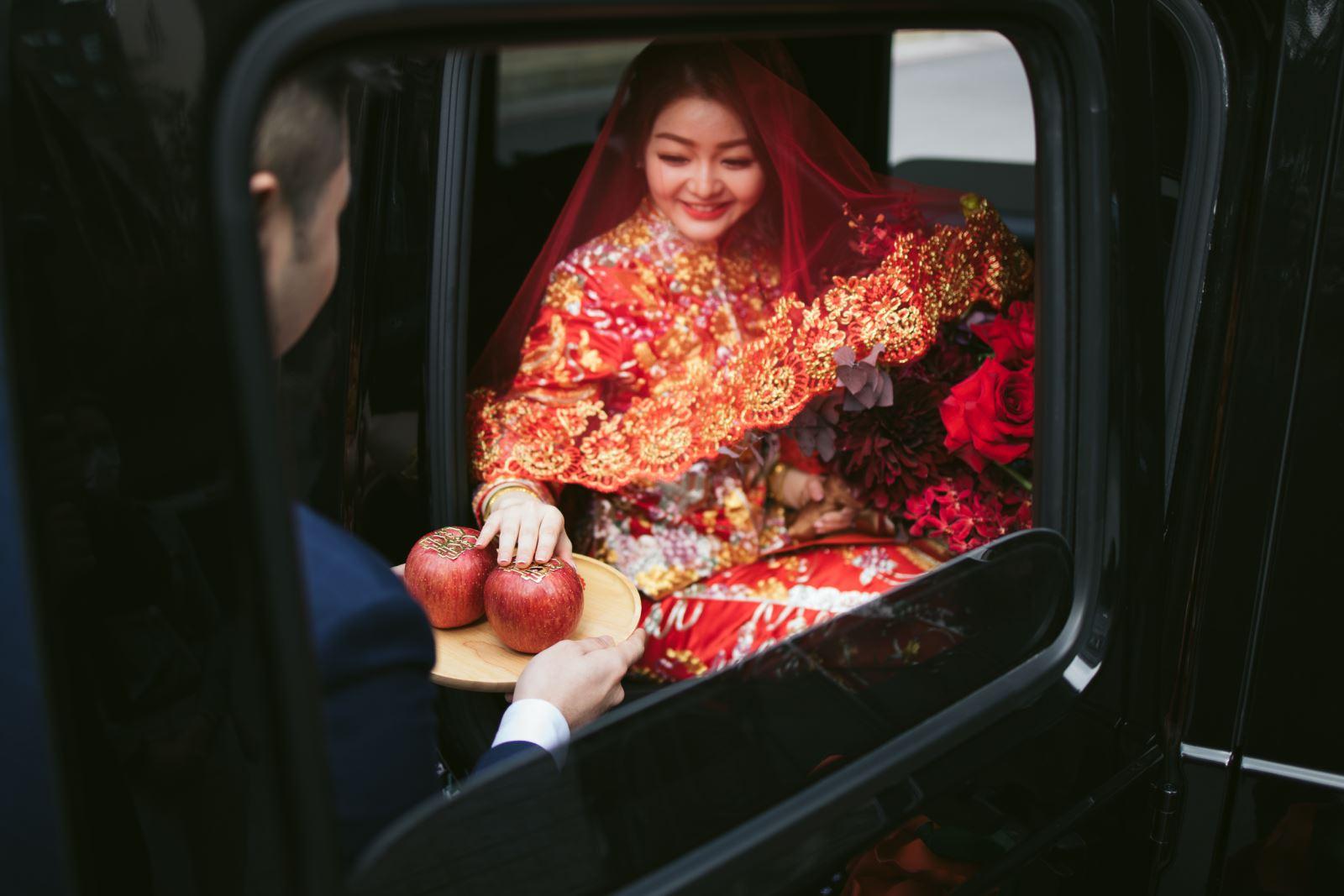 新娘下車,摸蘋果,象徵平平安安大富大貴