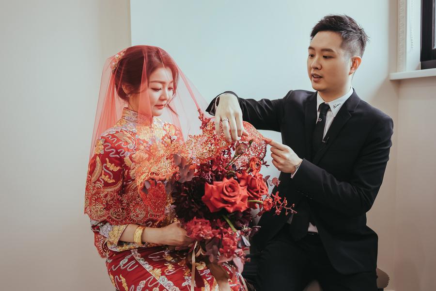 迎娶儀式,新郎為新娘掀起頭紗