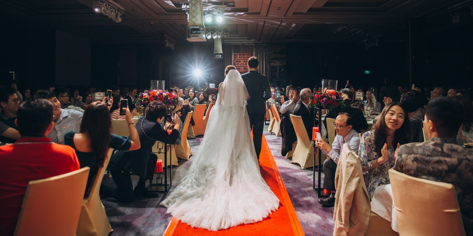 挑選新娘禮服時,新娘裙襬的長度,TWO in ONE婚禮顧問會依照場地給您提醒.