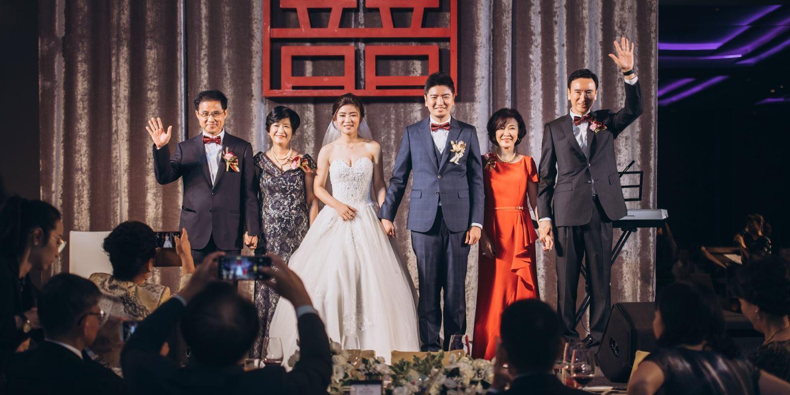 婚禮中,家長上台後,站的位置,TWO in ONE婚禮團隊會在彩排時,一一告知,以便在婚禮正式時,一切都是沒問題的.