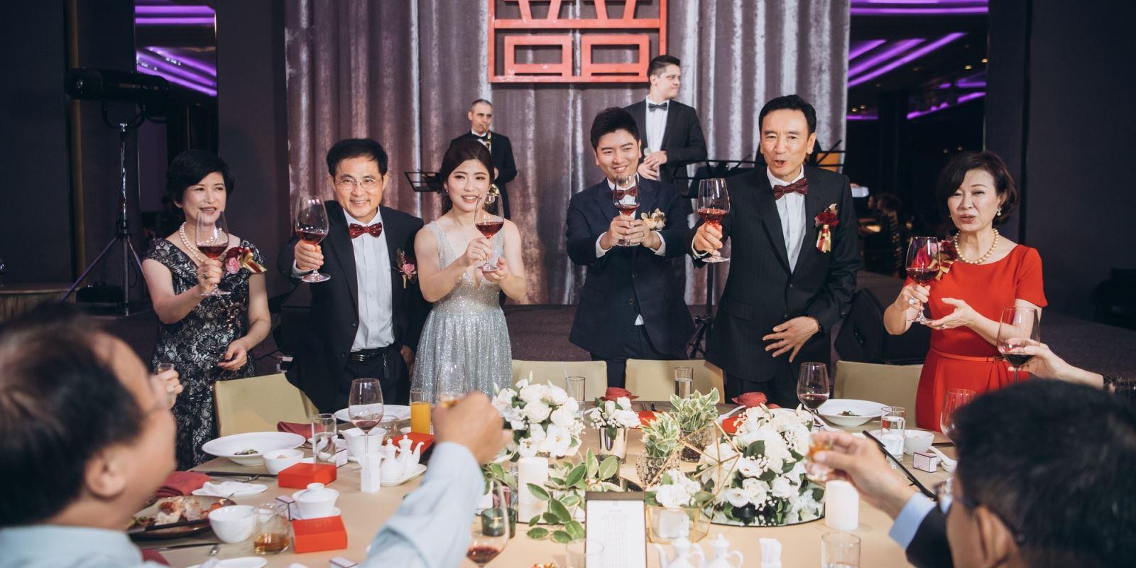 婚禮上,不可缺少的逐桌敬酒.TWO in ONE婚禮顧問會給您路線的帶領.